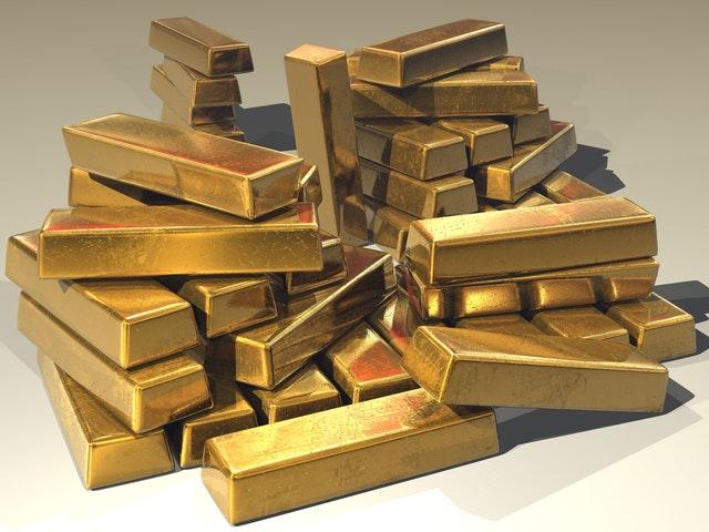 sztabki złota ułożone na stosie