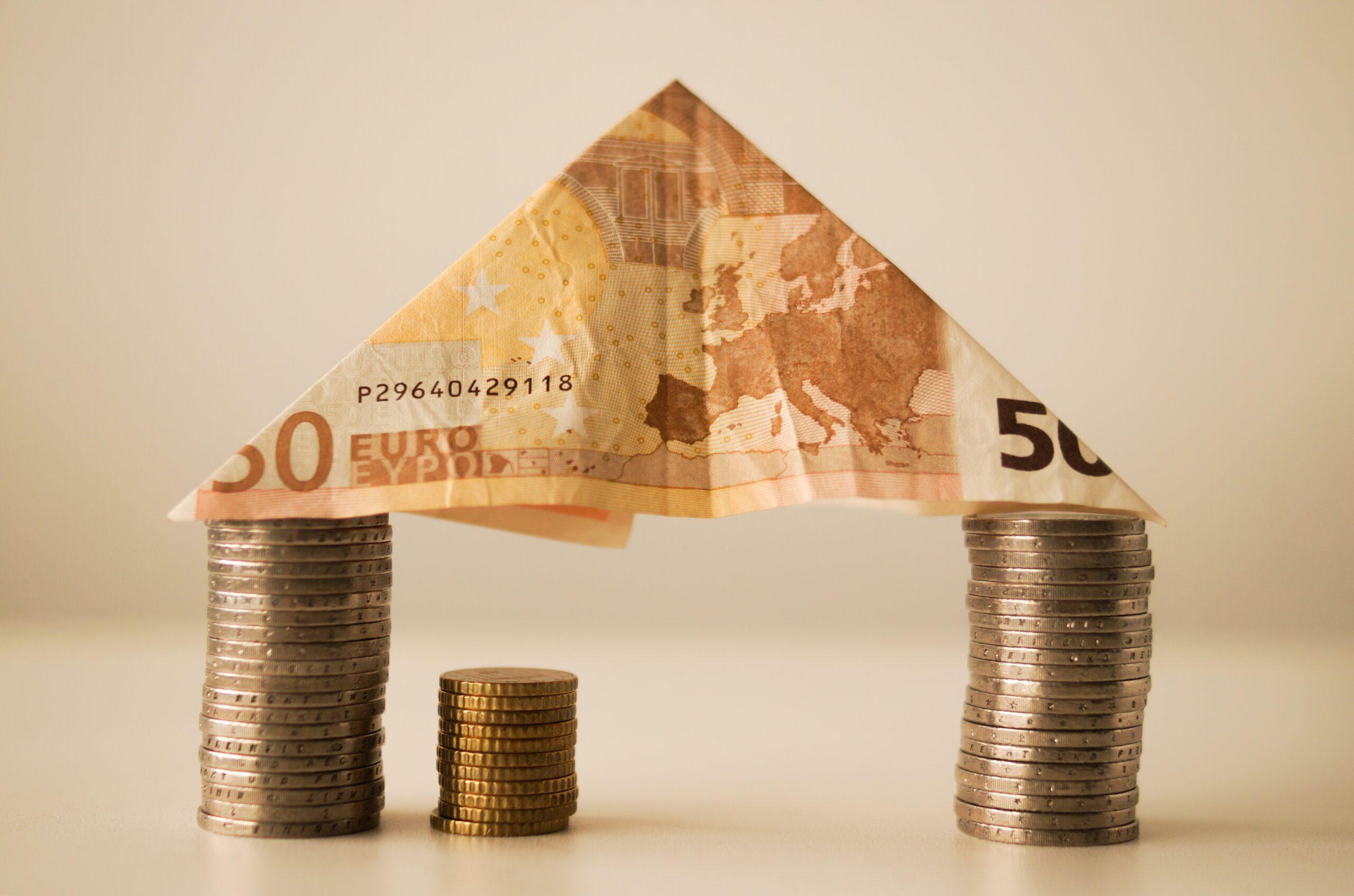 domek z monet i banknotów
