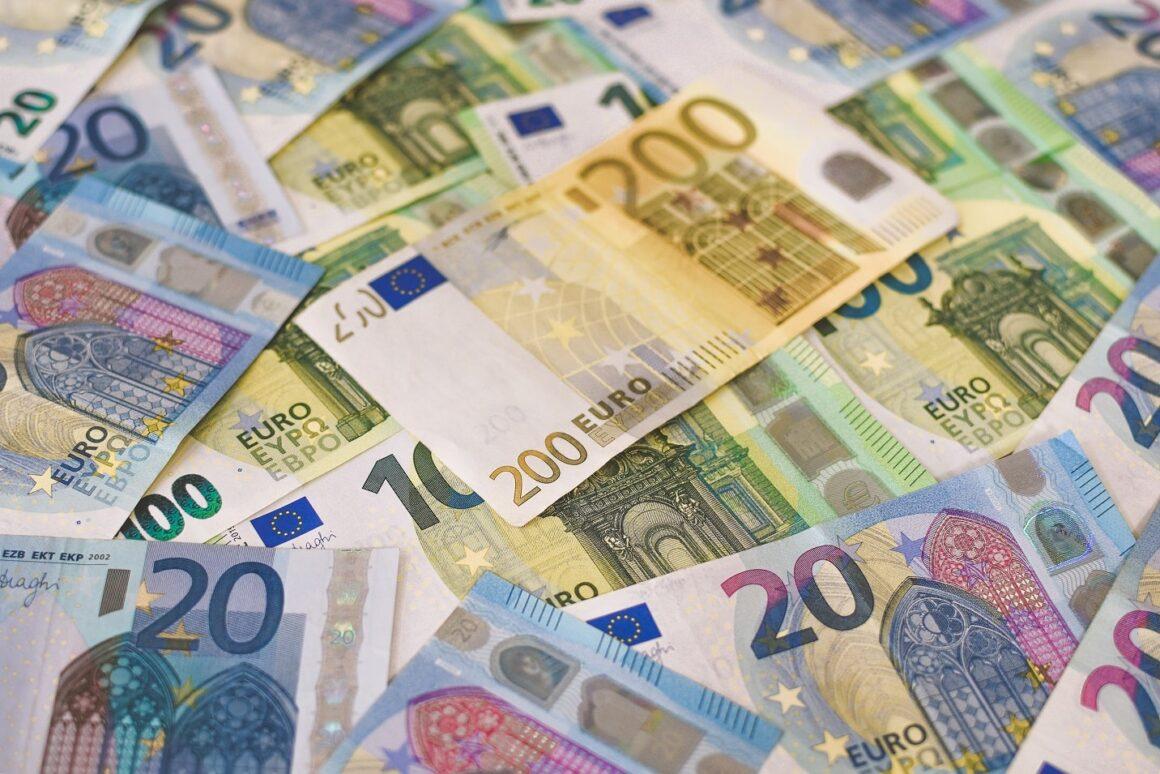 Najczęściej podrabiane waluty – jak rozpoznać fałszywki?
